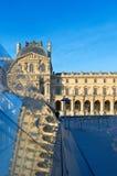 Vue du musée célèbre de Louvre à Paris avec la réflexion Photographie stock libre de droits