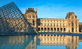 Vue du musée célèbre de Louvre à Paris avec la réflexion Images libres de droits