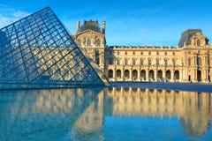 Vue du musée célèbre de Louvre dans le withreflection de Paris Images stock