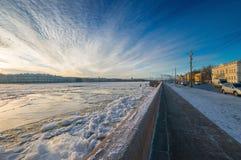 Vue du Neva avec le remblai d'université Photographie stock libre de droits