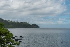 Vue du nord de rivage du ` s de Kauai en hiver après une tempête de pluie importante, Hawaï photo stock