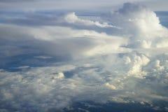 Vue du nuage blanc de forme gratuite de coup mou abstrait de vent avec des nuances de fond de ciel bleu de fenêtre ci-dessus d'av Images libres de droits