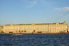 Vue du palais d'hiver du pont de palais en été Photo stock