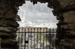 Vue du palais de Schonbrunn à Vienne par une caverne de fontaine photo libre de droits