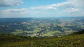 vue du panorama 4K des nuages et des beaux champs verts clips vidéos
