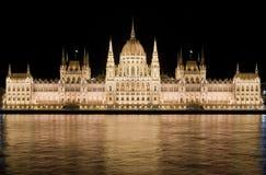 Le Parlement hongrois par nuit à Budapest Images stock