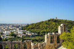 Vue du paysage urbain d'Athènes et du monument de Philopappu par le théâtre en pierre antique voyant l'architecture blanche lowri Images libres de droits