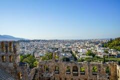 Vue du paysage urbain d'Athènes par le théâtre en pierre antique voyant les bâtiments blancs lowrise architecture, montagne, arbr Image stock