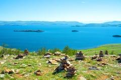 Vue du petit détroit de mer, le lac Baïkal, Russie Photos libres de droits