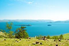 Vue du petit détroit de mer, le lac Baïkal, Russie Dans la distance - détroit de porte d'Olkhon Photo libre de droits