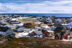 Vue du petit village norvégien sur le bord de la mer photos stock