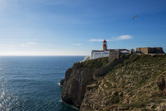 Vue du phare au saint Vincent Cape Cabo de Sao Vincente dans Sagres, Algarve, Portuga Images stock