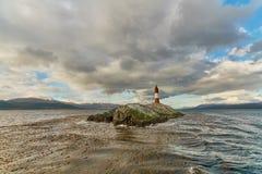 Vue du phare de briquet pendant le jour nuageux d'automne Patagonia argentin en automne images libres de droits