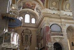 Vue du plafond et de l'organe de cathédrale image libre de droits