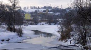Vue du pont au-dessus de la ville, au-dessous des écoulements de rivière photo stock