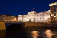 Vue du pont bleu et du palais de Mariinsky de la rivière de Moika la nuit de mai St Petersburg Image libre de droits