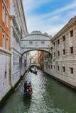 Vue du pont célèbre des soupirs à Venise Images stock