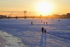 Vue du pont d'annonce, les gens sur la glace du Neva r Photographie stock libre de droits