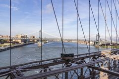 Vue du pont de Brooklyn sur le pont de Manhattan à New York, Etats-Unis photos stock