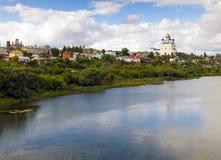Vue du pont de la ville Yelets et de la rivière Bystraya S Image stock
