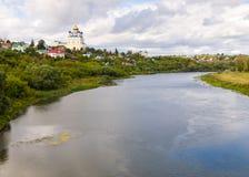 Vue du pont de la ville Yelets et de la rivière Bystraya S Photo stock