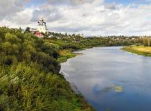 Vue du pont de la ville Yelets et de la rivière Bystraya S Photographie stock
