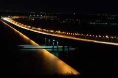 Vue du pont de nuit avec un bateau de flottement photos stock