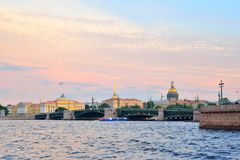Vue du pont de palais au-dessus de la rivière de Neva, l'Amirauté et Images libres de droits