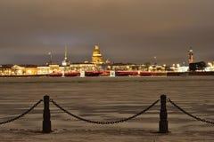 Vue du pont de palais, la cathédrale d'Isaac de saint de la nuit d'hiver de forteresse dans le St Petersbourg Photographie stock
