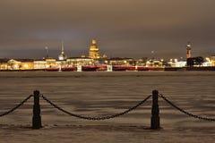 Vue du pont de palais, la cathédrale d'Isaac de saint de la nuit d'hiver de forteresse dans le St Petersbourg Images stock