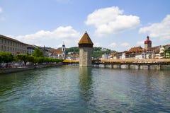 Vue du pont en bois et de la tour de la ville de la luzerne en Suisse images stock