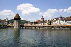Vue du pont en bois et de la tour de la ville de la luzerne en Suisse photo stock