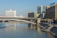 Vue du pont en train au-dessus de la rivière de Moscou, Moscou, Russie image stock