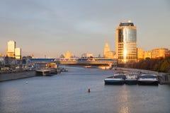 Vue du pont et de la tour 2000 de Bagration Images libres de droits