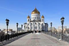 Vue du pont piétonnier patriarcal de patriarcat et de la cathédrale du Christ le sauveur en mars image libre de droits