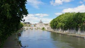 Vue du pont vers la rivière et Ville du Vatican du Tibre en Italie Points de repère historiques de Rome antique, voyage clips vidéos