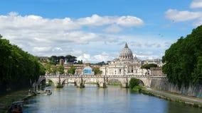Vue du pont vers la rivière et Ville du Vatican du Tibre en Italie Points de repère historiques de Rome antique, voyage banque de vidéos