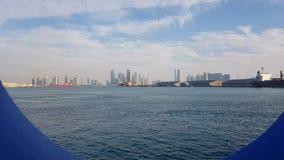 Vue du port maritime et de l'océan bleu un jour ensoleillé Vue de l'océan bleu par le hublot d'un revêtement de croisière clips vidéos
