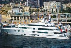 Vue du port maritime et de la ville de Monte Carlo au Monaco Image libre de droits