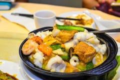 Vue du pot de fruits de mer de style chinois avec Beancurd photographie stock libre de droits