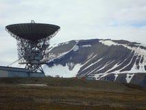 Vue du radio-télescope d'espace lointain et de la station de satellite-cheminement chez Longyearbyen sur Spitzbergen, Norvège Photos libres de droits