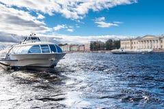Vue du remblai dans la ville de Sankt-Peterburg dans le jour d'été Photographie stock libre de droits