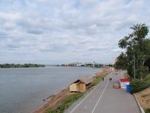 Vue du remblai de la rivière Irtysh au centre du Image stock
