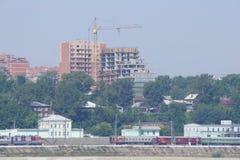 Vue du remblai de la station de rivière d'Angara et de train d'Irkoutsk Photographie stock libre de droits