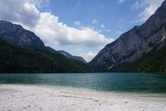 Vue du rivage d'un étang aux montagnes image stock