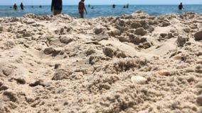 Vue du rivage vers la mer où beaucoup de personnes clips vidéos