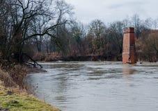 Vue du Riverwalk dans Chernyakhovsk, Russie de la rivière d'Angrapa comme elle atteint des niveaux d'inondation Images stock