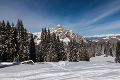 Vue du Sassongher avec la neige dans les dolomites italiennes Photo stock