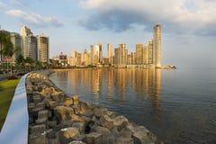 Vue du secteur et de la mer financiers à Panamá City, Panama, au coucher du soleil Images libres de droits