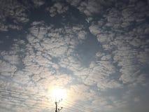Vue du soleil de matin avec des nuages Image libre de droits